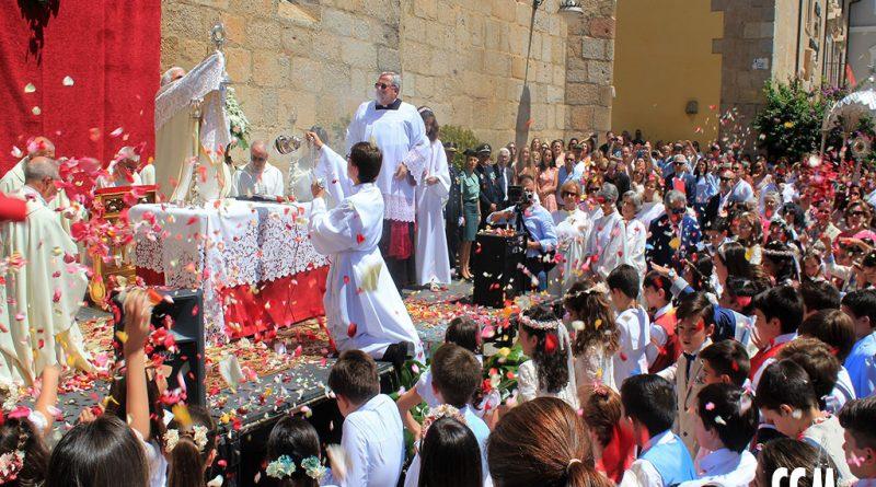 Mérida detiene el tiempo al paso del Señor Sacramentado